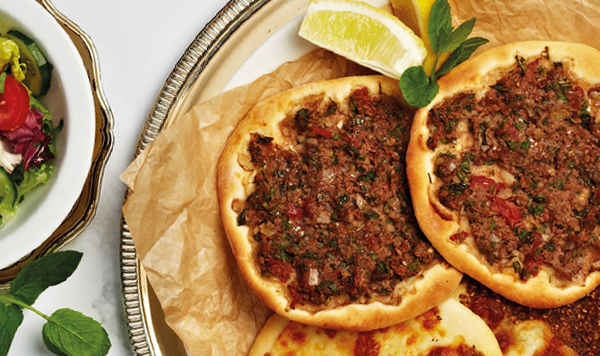 """Chlebki """"lahmajoun"""" z wołowiną"""